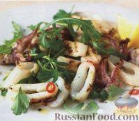 Фото к рецепту: Салат из жареных кальмаров и свежей зелени