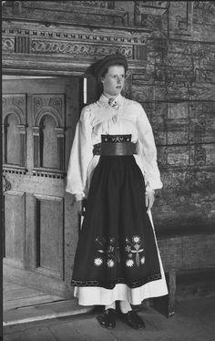 Kvinna iförd Österåker sommar högtids dräkt för ogift. Fotot tagit i Tovastugan. 1960
