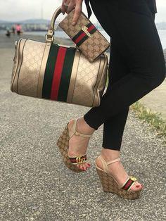 Bolso y zapatos a juegos - Gucci Sandals - Ideas of Gucci Sandals - Bolso y zapatos a juegos Gucci Handbags, Louis Vuitton Handbags, Fashion Handbags, Purses And Handbags, Fashion Bags, Fashion Shoes, Leather Handbags, Gucci Purses, Gucci Fashion
