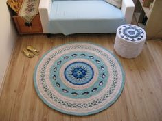 This carpet measures 130 cm in diameter and used up about 1100 meters of cotton twine (5 mm thick). I used a 9 mm crochet hook and the whole work took me one and a half days.