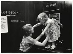 New-York, child lost in a mall, 1955 (ph Sabine Weiss)