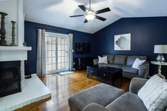 Wondering how to choose the best living room paint colors? Look no further. This article will give you some amazing tips and ideas on how to select. Dark Paint Colors, Room Paint Colors, Paint Colors For Living Room, Blue Colors, Interior Design Minimalist, Solid Wood Flooring, Design Case, Home Fashion, Home Decor Inspiration