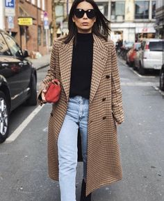 Brown plaid coat with jeans and black turtleneck Black Women Fashion, Look Fashion, Retro Fashion, Winter Fashion, Womens Fashion, Street Fashion, Fashion Mode, Fashion Night, Ladies Fashion