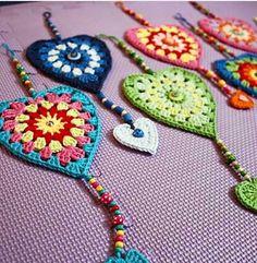 Transcendent Crochet a Solid Granny Square Ideas. Inconceivable Crochet a Solid Granny Square Ideas. Crochet Bunting, Crochet Garland, Crochet Squares, Crochet Flowers, Crochet Hearts, Granny Squares, Appliques Au Crochet, Crochet Motif, Crochet Stitches