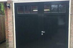 Een dubbele of openslaande garagedeur: een perfect alternatief voor de traditionele kanteldeur. Openslaande garagedeuren volledig naar wens geproduceerd.