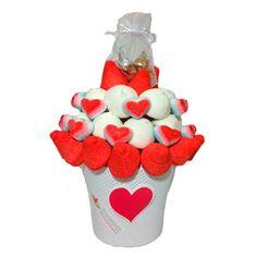 """Ramo """"Bésame Mucho""""   Gominolas con forma de fresas y corazones y deliciosos bombones de chocolate   30 €uros   @Fruristeria"""