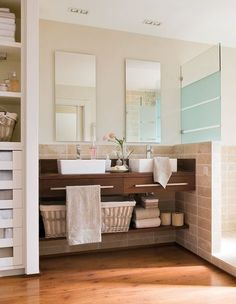 Si estás pensando en reformar tu baño, este tip te será de gran inspiración. White Vanity Bathroom, Laundry In Bathroom, Bathroom Renos, Small Bathroom, Ideas Baños, Vanity Countertop, Bathroom Interior Design, Bathroom Inspiration, Sweet Home