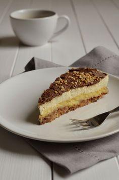 ein Stück Mandel-Krokant-Torte mit  Kaffee