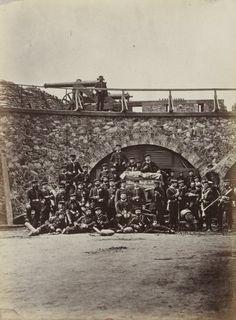 Le Fort d'Aubervilliers. Vue intérieure des casemates avec un groupe de Prussiens - Les ruines de Paris et de ses environs, 1870-1871 / cent photographies par A. Liébert ; texte par Alfred d' Aunay