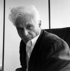 """Jacques Derrida (El-Biar, Argelia francesa 15 de julio de 1930 – París, 8 de octubre de 2004), forma parte de mi trilogía filosófica favorita de la segunda mitad del siglo XX, junto a Gilles Delleuze y Michael Foucault. Los filósofos de aquél Mayo del 68 francés diríamos, aunque no existen pruebas de su total participación en este movimiento, sí podemos encontrarlo como estandarte de ciertas esferas de aquellos jóvenes que gritaban """"Sabemos lo que no queremos, pero no sabemos lo que…"""