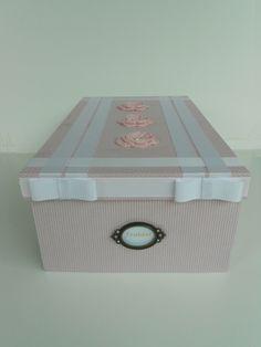 Caixa organizadora em MDF decorada com tecido, croch� e fitas, medindo 39cm x 24cm x 14cm. Para guardar fraldas, mamadeiras e outras coisinhas.