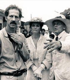 """Werner Herzog, Claudia Cardinale y Klaus Kinski durante el rodaje de """"Fitzcarraldo"""" (1982)."""