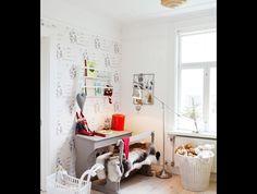 Skolbänken är köpt på Blocket.Dockvagn, Sebra. Tapet, Boråstapeter. Golvlampa, Ikea.  – Hus & Hem