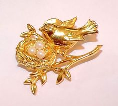 2032~Vintage Gold Tone Faux Pearl Mother Bird Basket With Eggs Tack Pin**