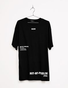 T-shirt texto 'Weird'. Descubra esta e muitas outras roupas na Bershka com novos artigos cada semana