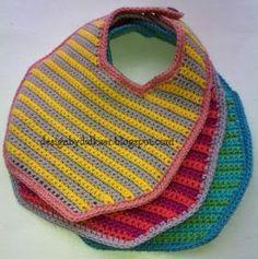 Danish pattern on baby bib. Design by Dalkær: Hæklet hagesmæk Crochet Baby Bibs, Crochet Dishcloths, Crochet For Boys, Knitting For Kids, Love Crochet, Crochet Gifts, Diy Crochet, Baby Knitting, Baby Patterns