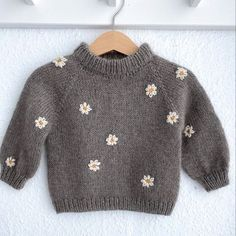 Baby Sweater Patterns, Baby Sweater Knitting Pattern, Baby Knitting Patterns, Baby Girl Sweaters, Knitted Baby Clothes, Sweaters For Babies, Baby Outfits, Kids Outfits, Pull Bebe