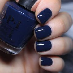False nails have the advantage of offering a manicure worthy of the most advanced backstage and to hold longer than a simple nail polish. The problem is how to remove them without damaging your nails. Dark Blue Nails, Navy Nails, Navy Blue Nail Polish, Dark Gel Nails, Dark Color Nails, Navy Acrylic Nails, Nails Polish, Opi Nails, Opi Nail Polish Colors