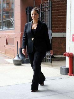 """Dans un blazer noir Schiaparelli et des mules Bottega Veneta, Ashley Graham nous montre comment dompter l'allure """"girl boss"""" avec style."""