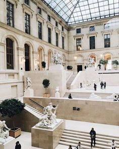 Louvre Museum in Paris known as the biggest art museum in Paris. Located at Musée du Louvre, 75001 Paris, this museum has many valuable artworks Oh The Places You'll Go, Places To Travel, Travel Destinations, Oh Paris, Louvre Paris, The Louvre, Jardin Des Tuileries, Photos Voyages, Jolie Photo