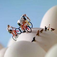 Ciclismo sobre huevos. Cuidado con las gallinas!
