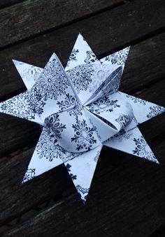 Vánoční+hvězdička+do+okna+maxi+15,5+cm+Vánoční+hvězdička+je+vyrobena+z+kvalitního+papíru+gramáž+130+gsm,+ozdobená+razítky+ve+tvaru+rozetek,+rozměr+hvězdičky+je+5,5+x+8,5+cm.+Vhodné+jako+ozdoba+na+vánoční+stromeček,+na+výrobu+girlandy,+k+zavěšení+na+zeď+nebo+do+okna+nebo+jen+tak+k+dekoraci+na+vánoční+stůl.