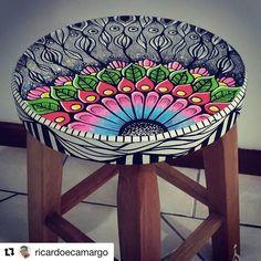 Que desbunde o trabalho no banquinho do @ricardoecamargo . Logo ele irá comercializar.  #banquinhos #decor #decoração #drawing #diy #facavcmesmo Cidades Do Interior, Nova, Weird, Chair, Diy, Crafts, Painting, Furniture, Home Decor