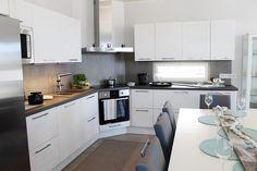 harmaa keittiön välitila - Google-haku Stylish Kitchen, Haku, Kitchen Interior, My Dream Home, Sweet Home, Kitchen Cabinets, House Design, Kitchen Inspiration, Kitchen Ideas
