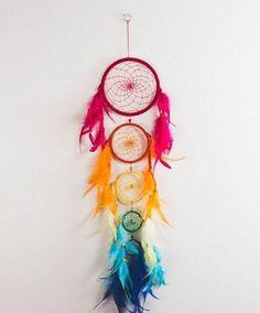une chaîne d'attrape reves de taille et de couleurs différentes, petites plumes décoratives