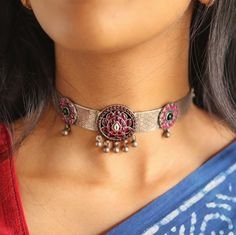 Chic Choker Necklace Designs To Pair With Sarees!! • South India Jewels Gold Temple Jewellery, Gold Jewellery Design, Bead Jewellery, Antique Jewellery, Indian Jewelry Earrings, Silver Choker Necklace, Silver Jewelry, India Jewelry, Terracotta Jewellery