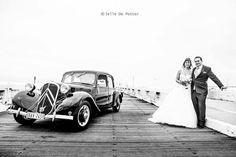 Black and white weddingphotography,  1938 Citroën Traction. Jelledepotterphotography.be