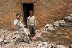 De school van Omul en zijn neefje is vernield door de aardbeving. Omdat kinderen extra kwetsbaar zijn wanneer ze niet naar school kunnen, bouwt Plan tijdelijke klaslokalen in het rampgebied. Help Nepal: https://www.plannederland.nl/resultaten/noodhulp/aardbeving-in-nepal