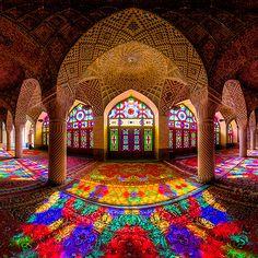 A arquitetura Islâmica é muito especial. Esse mosteiro no Irã é maravilhoso. Os vitrais foram feitos de forma que, quando o sol bate neles, há uma explosão de cores no interior do prédio.