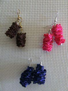 Piccoli orecchini pendenti realizzati con plissè di nastrino di raso nei colori del rosa cotto, blù, marrone.  Creazione artigianale, eventuali imperfezioni sono dovute alla lavorazione manuale.