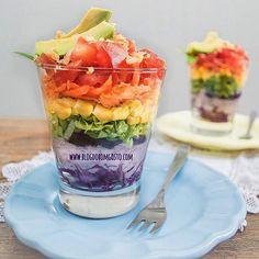 Para Comer Sem Culpa!Ok, confesso que sou apaixonada por porções individuais… Mas, fala sério, existe salada mais linda do que a 'Arco-Íris'?! Montada dentro de um copo, ela é ideal para servir em uma festa bacana ou em um almoço/jantar do dia-a-dia… As suas 7 cores animam qualquer um!
