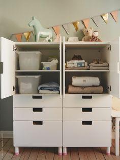 STUVA förvaringssystem gör det lättare för barnen att klä på sig eller ta fram sina leksaker, och att sedan lägga tillbaka allt igen. Mindre tid på att leta efter saker och på att plocka ihop ger mer tid för lek!