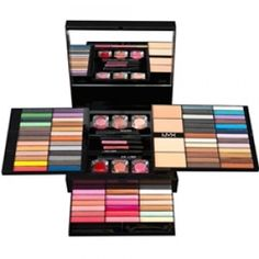trusa de cosmetice make-up - este un adevarat arsenal, o arma imbatabila pentru ca o femeie sa fie frumoasa o gasiti pe http://www.makeupcenter.ro/nyx-nyx-beauty-to-go-p-379.html