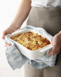This traditional Finnish everyday dish, macaroni cassarole, tastes great to everybody, regardless of their age. With this recipe, it is also easy to fool the most convinced carnivores! Macaroni Casserole, Casserole Dishes, Everyday Dishes, Everyday Food, Vegan Pasta, Nachos, Ketchup, Us Foods, Pasta Dishes