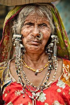 Mujer de la etnia lambani en Badami, Karnataka - Sur India - Lambani tribal woman in Badami, Karnataka