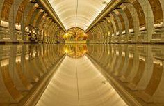 pasillo de color dorado con el piso muy brilloso