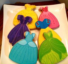 Princess dress cookies~ These have got to be the most precious cookies I've ever seen!~ By Bake my day cookies~ Purple, teal, Yellow, green, pink Fancy Cookies, Iced Cookies, Cute Cookies, Royal Icing Cookies, Cupcake Cookies, Sugar Cookies, Cookies Et Biscuits, Ladybug Cupcakes, Kitty Cupcakes