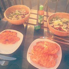 Bei Sonnenuntergang auf Bolkonie  have a nice long weekend my friends  #dinner #sundown #salad #chicken #delicious #lowcarb #lowfat #highprotein #fitnessfood #food #abendessen #hähnchen #salat #sonnenuntergang #balkon #weekend #pfingsten by just.look.at.yourself