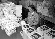 [Kvinne i arbeid på Janus Fabrikker, Espeland] - Marcus Janus, Polaroid Film
