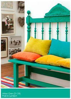 Blanco, con accesorios verdes, amarillos, naranja y celeste.
