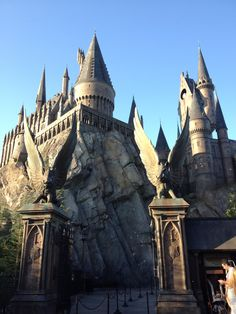 Wizarding World of Harry Potter at Universal Studios in Orlando Harry Potter Decor, Harry Potter World, Oh The Places You'll Go, Places Ive Been, Hogwarts Alumni, Disney World Tips And Tricks, I Want To Travel, Universal Studios, Disney Vacations