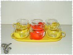 Vintage Tassen - 6 bunte 70er Teegläser mit Tablett in gelb  - ein Designerstück von Vintageschippie bei DaWanda