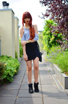 Fashionweek Outfit: Cut Out Shirt, black skirt, Sneaker Wedges, gold details, red hair