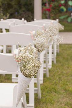 Pour les allées dans l'église: Gypsophile et rajouter un Hortensia blanc Ne PAS mettre de Cornets!!!! Un petit lien ou cordon blanc ou vert couleur tiges suffira