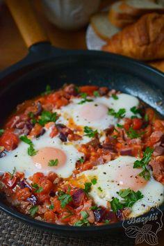 Szakszuka z boczkiem i czerwoną cebulą - zobacz przepis! Food And Drink, Low Carb, Cooking, Breakfast, Ethnic Recipes, Diet, Kitchen, Morning Coffee, Brewing
