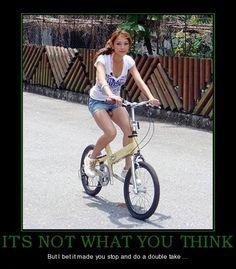 Lol! On dirait qu'elle a un pénis, mais c'est son siège de vélo